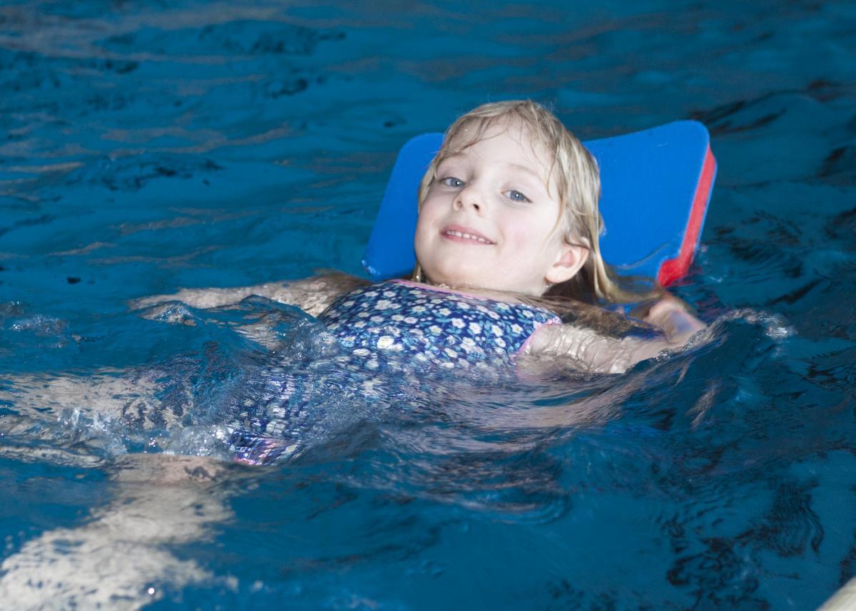 Mädchen im Schwimmkurs
